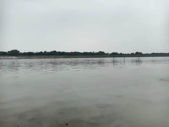 प्रयागराज में नदी किनारे शवों का दफनाए जाने का मामला, प्रशासन बना हुआ है मूकदर्शक