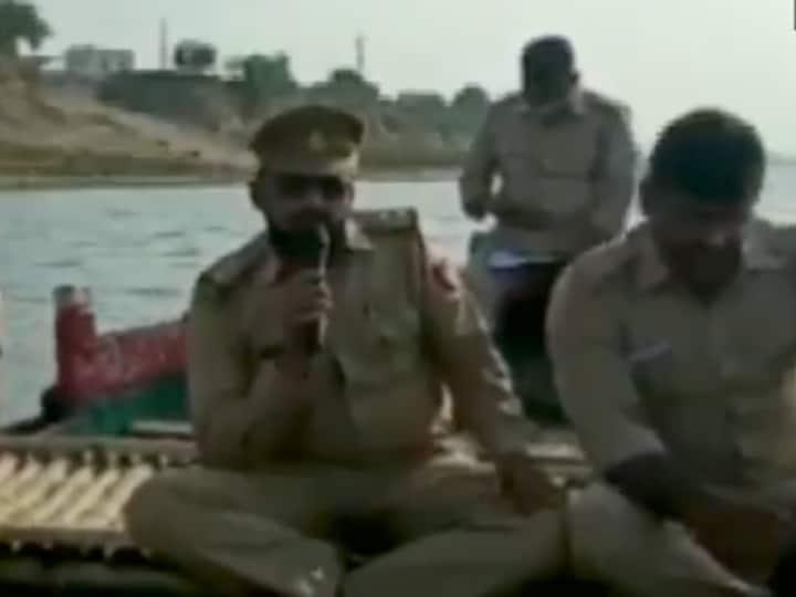 गाजीपुर: नाव के जरिए पुलिस की गश्ती, लोगों से अपील- किसी भी हाल में गंगा नदी में शवों को न बहाएं