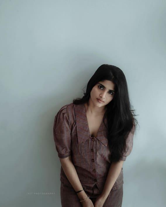 Megha Akash: మేఘా ఆకాష్ స్టన్నింగ్ ఫొటోలు: అందాల 'మేఘా'.. అలా ఉరిమి ఉరిమి చూడమాకు!