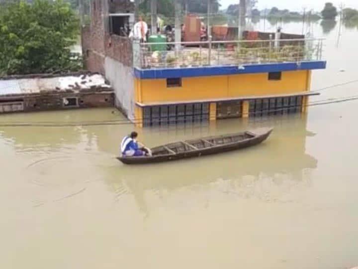 Flood in UP: जज्बे को सलाम, नाव खेकर अकेले स्कूल जा रही बच्ची ने जीता लोगों का दिल