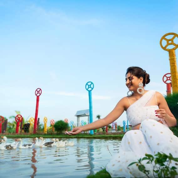 Anchor varshini Photos: అందాలలో అహో మహోదయం... జాలువారే జలపాతంలా మెరిసిపోతున్న వర్షిణి